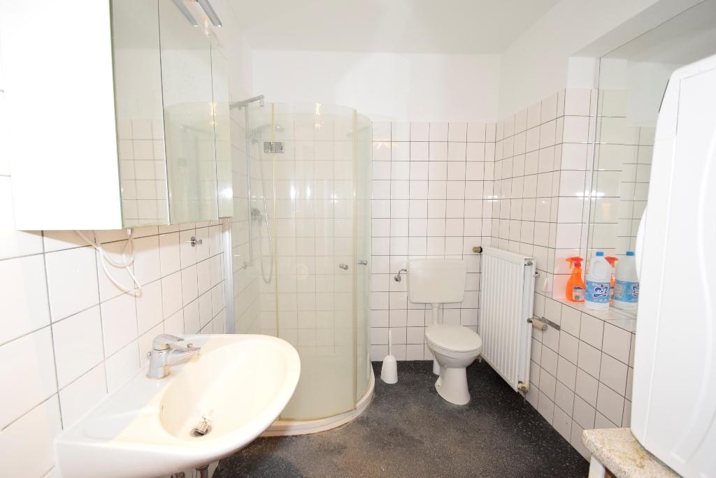 Bad mit Dusche und Fenster in der Monteurwohnung im EG