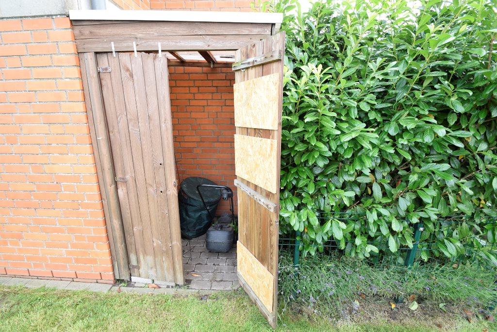 Abschließbare Holzhütte für Gartengeräte