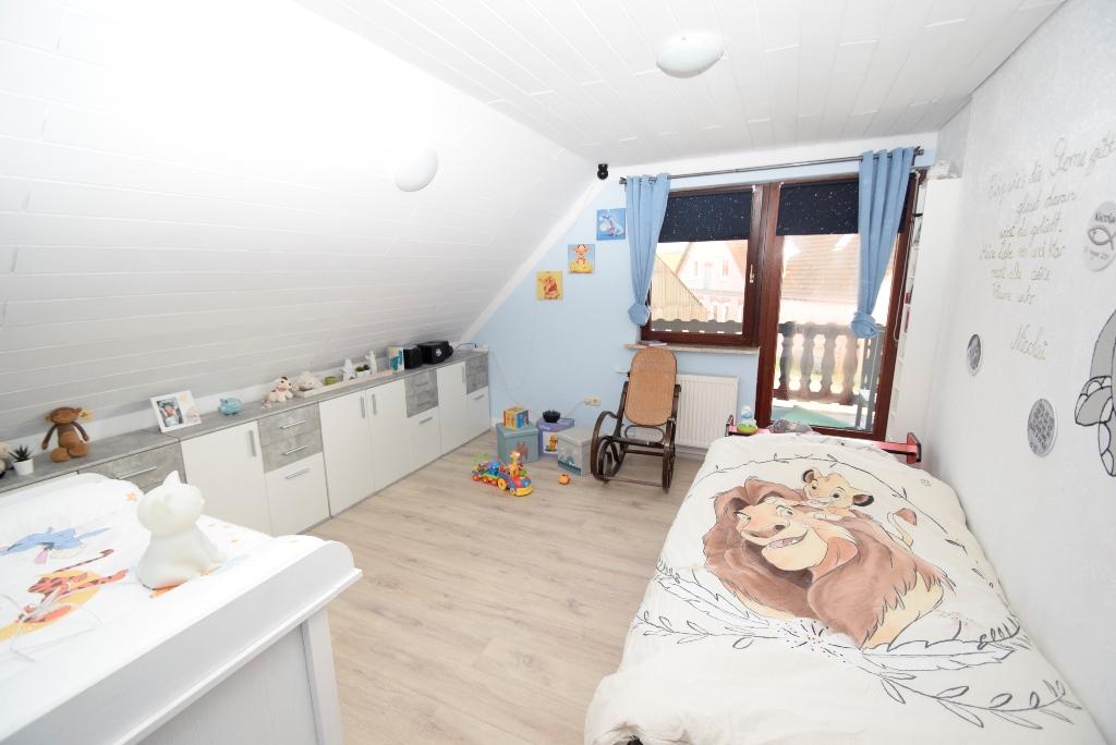 Kinderzimmer mit Zugang zum Balkon