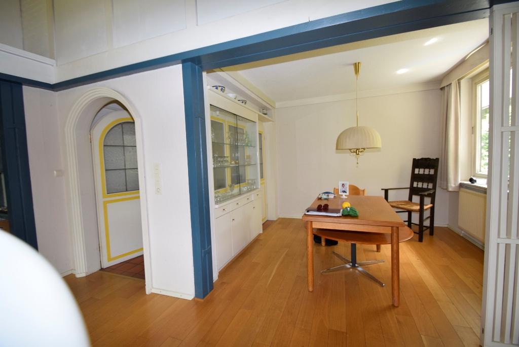 Essbereich mit Glasvitrine als Raumteiler