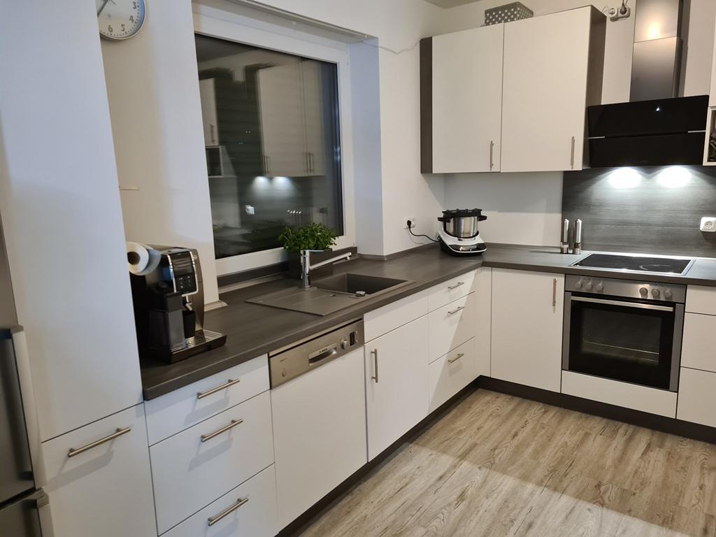Küchenzeile mit Ceranfeld und Dunstabzugshaube