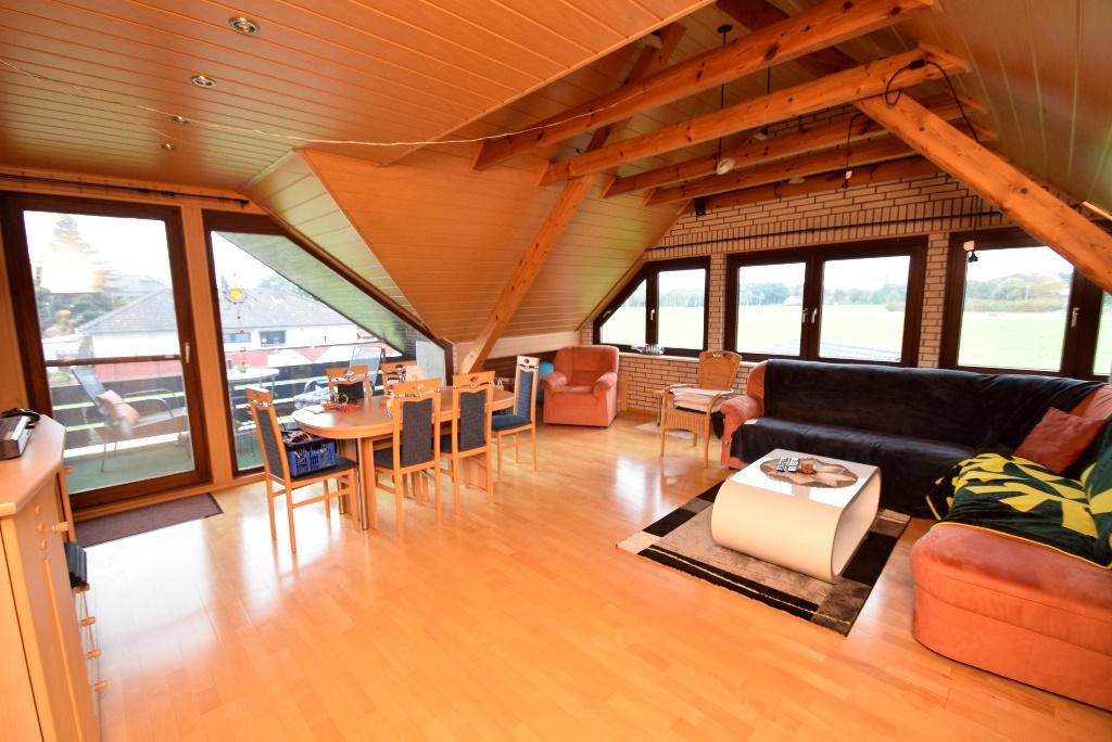 37. Wohnzimmer mit Loggia im OG