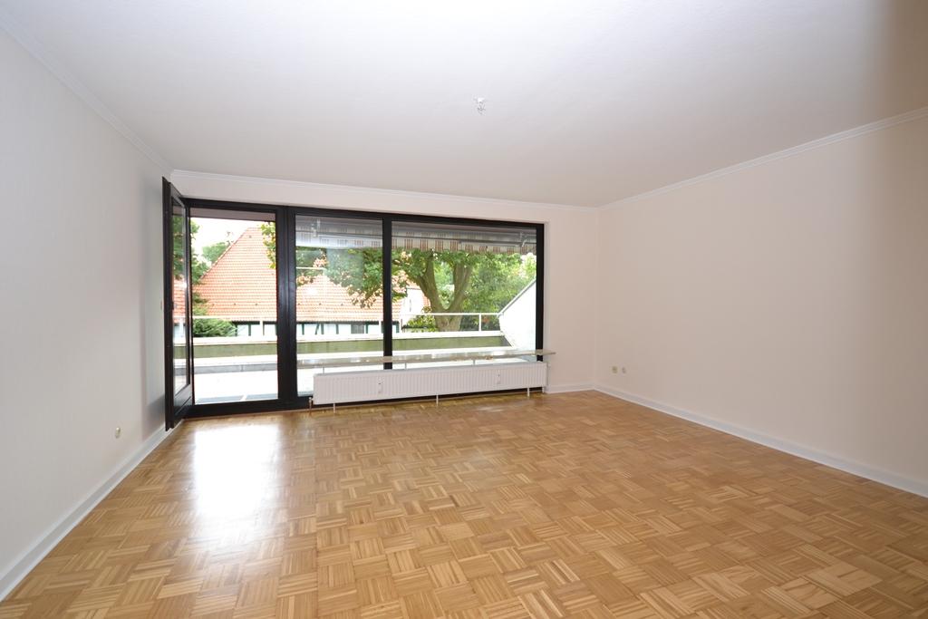 6. Wohnzimmer mit Zugang zum Balkon