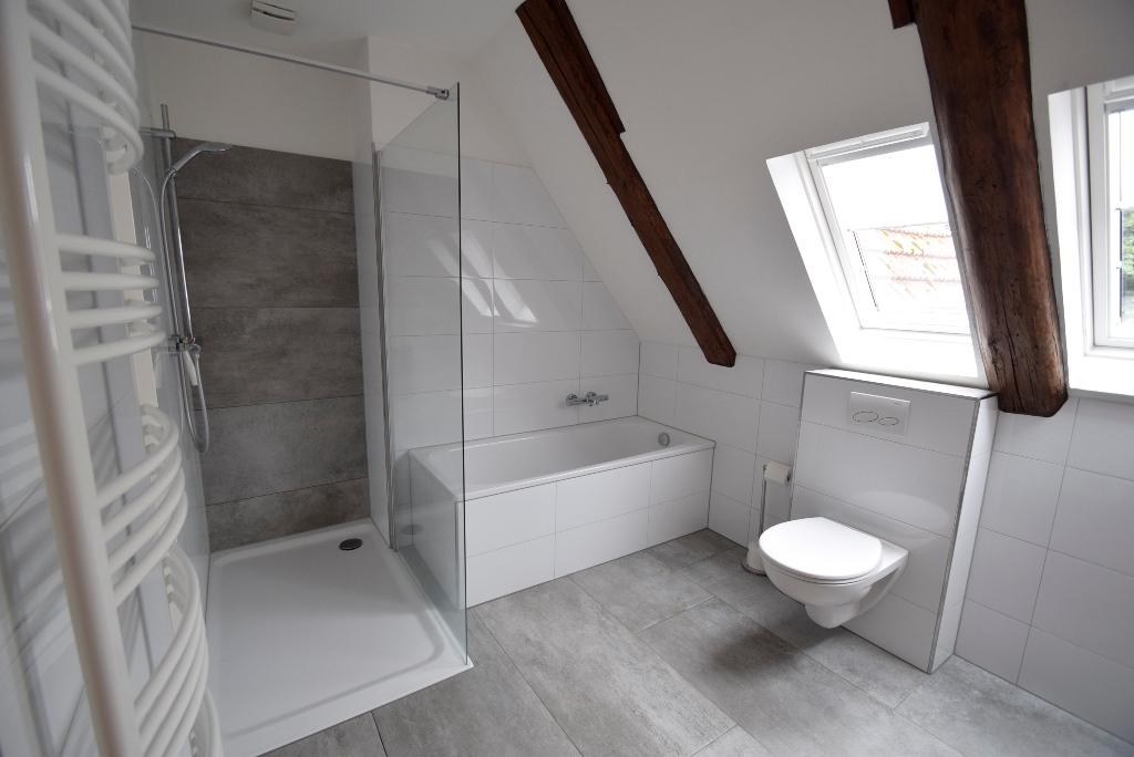Badezimmer mit ebenerdiger Dusche, Wanne und Dachflächenfenstern