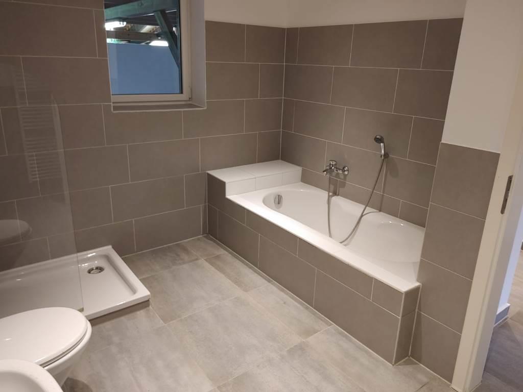Modernisiertes Bad mit Badewanne, Dusche, Fenster und....