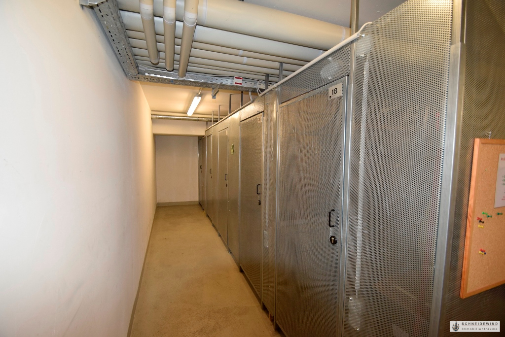 Metalltür zum Kellerraum