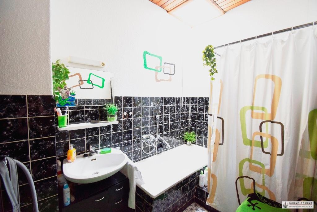 Badezimmer mit Wanne und Dusche.JPG