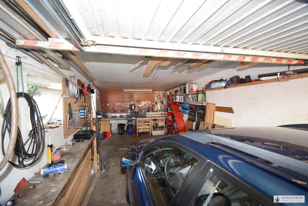 Blick in die Garage mit Werkstatt.JPG