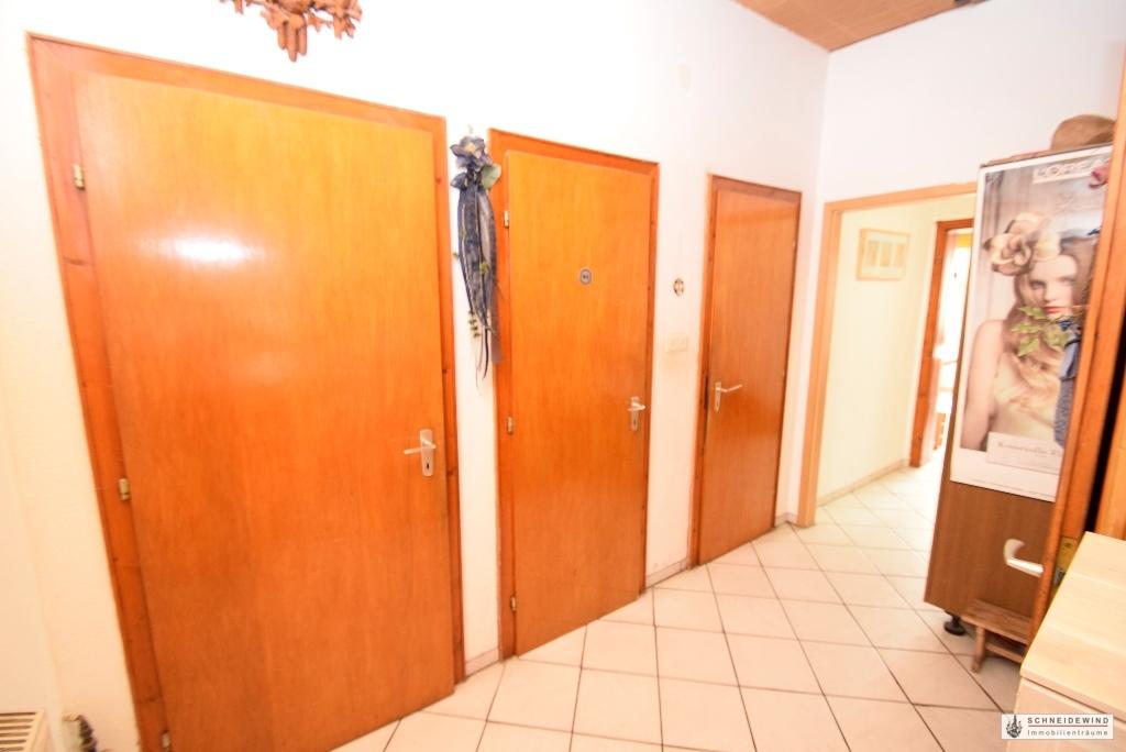 Flur mit Gäste WC und Zugangstür zum Gewerberaum und Bad.JPG
