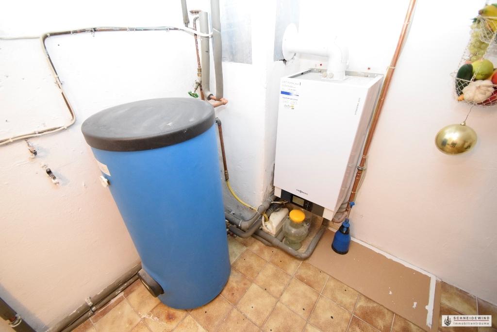 Neue Gas Zentralheizung mit Warmwasserspeicher.JPG