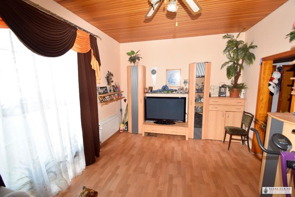 Wohnzimmer mit bodentiefem Fenster.JPG