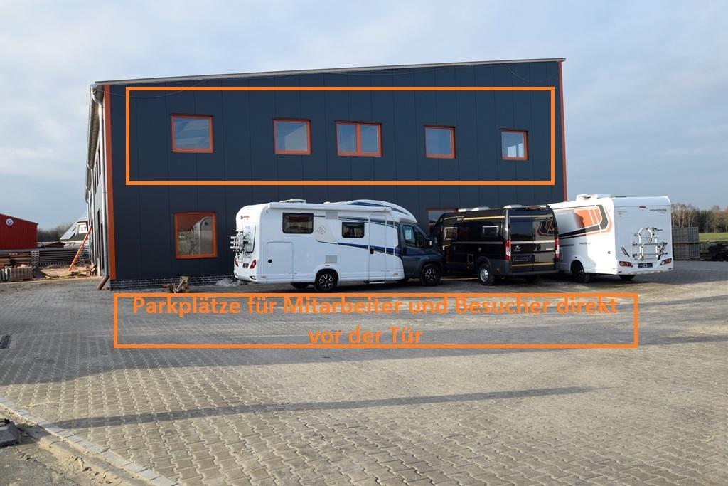 Büro mit Parkplätzen vor der Tür
