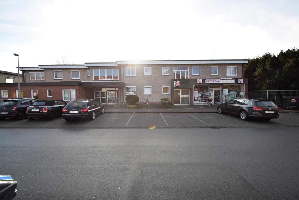 Blick auf das Proxisgebäude mit Apotheke