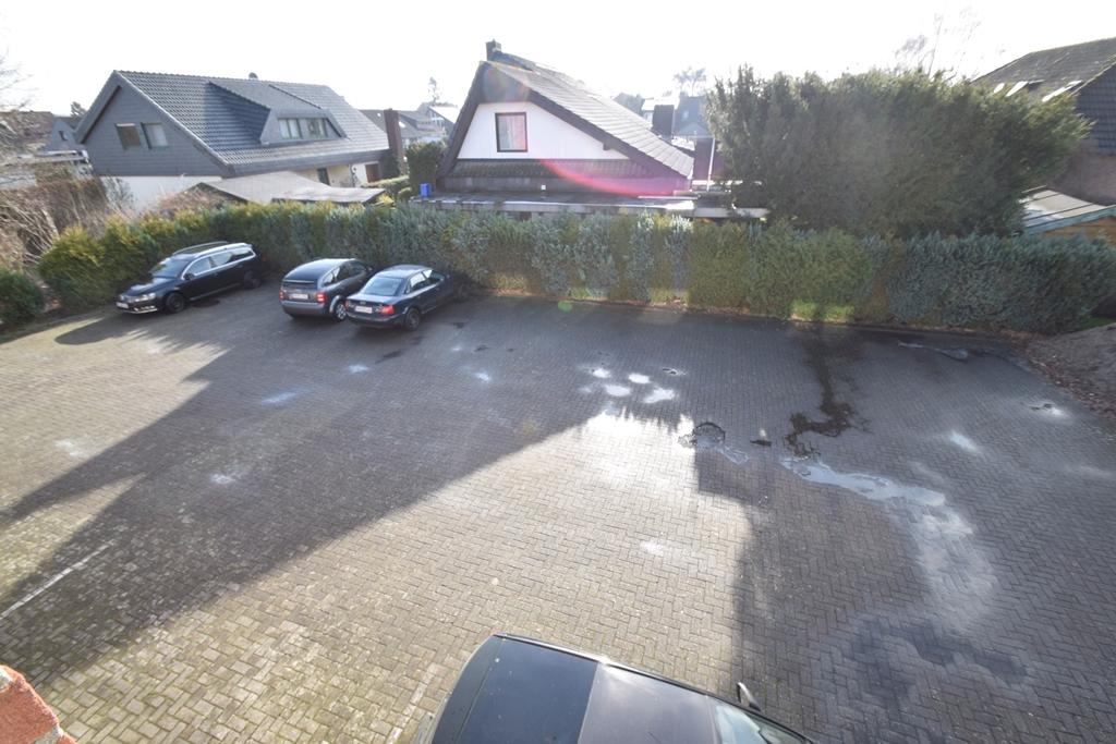 Blick auf die Mitarbeiterparkplätze im Hinterhof