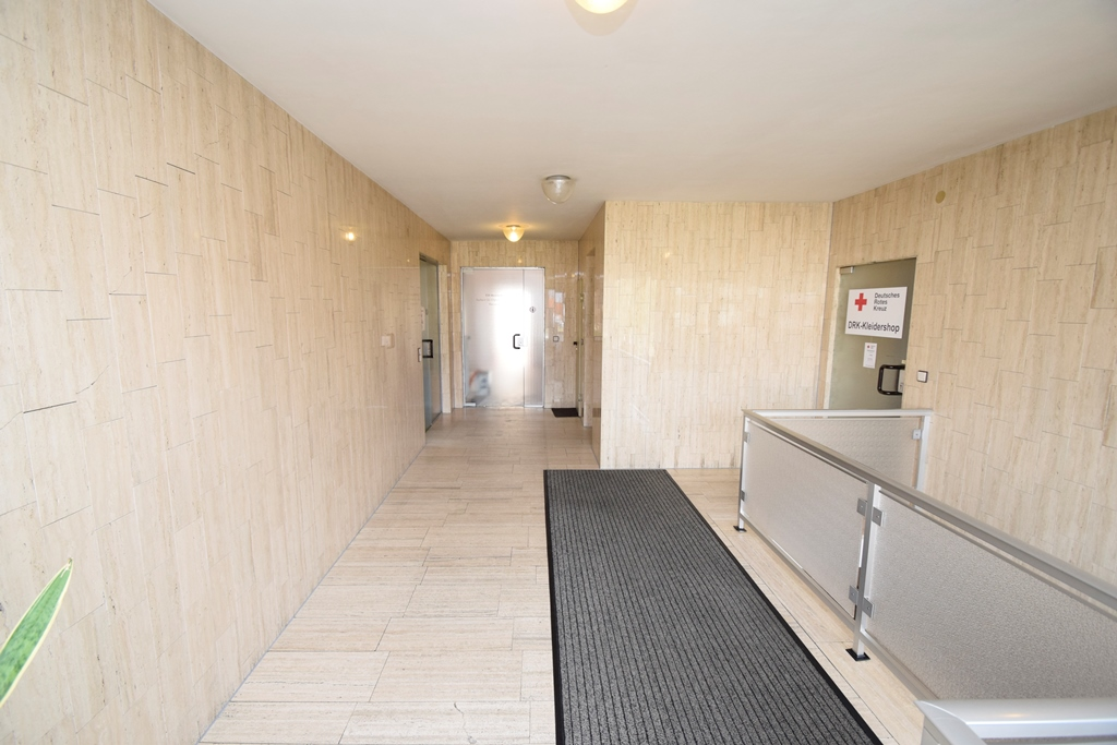 Hausflur mit Treppenaufgang und Fahrstuhl