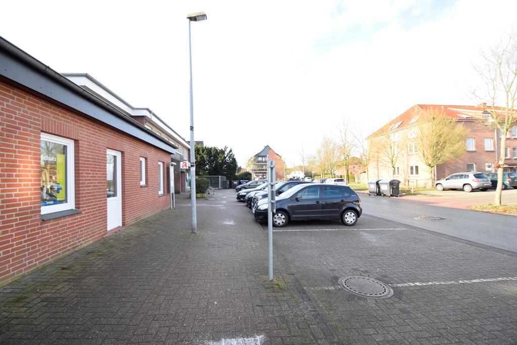 Kundenparkplätze vor der Tür