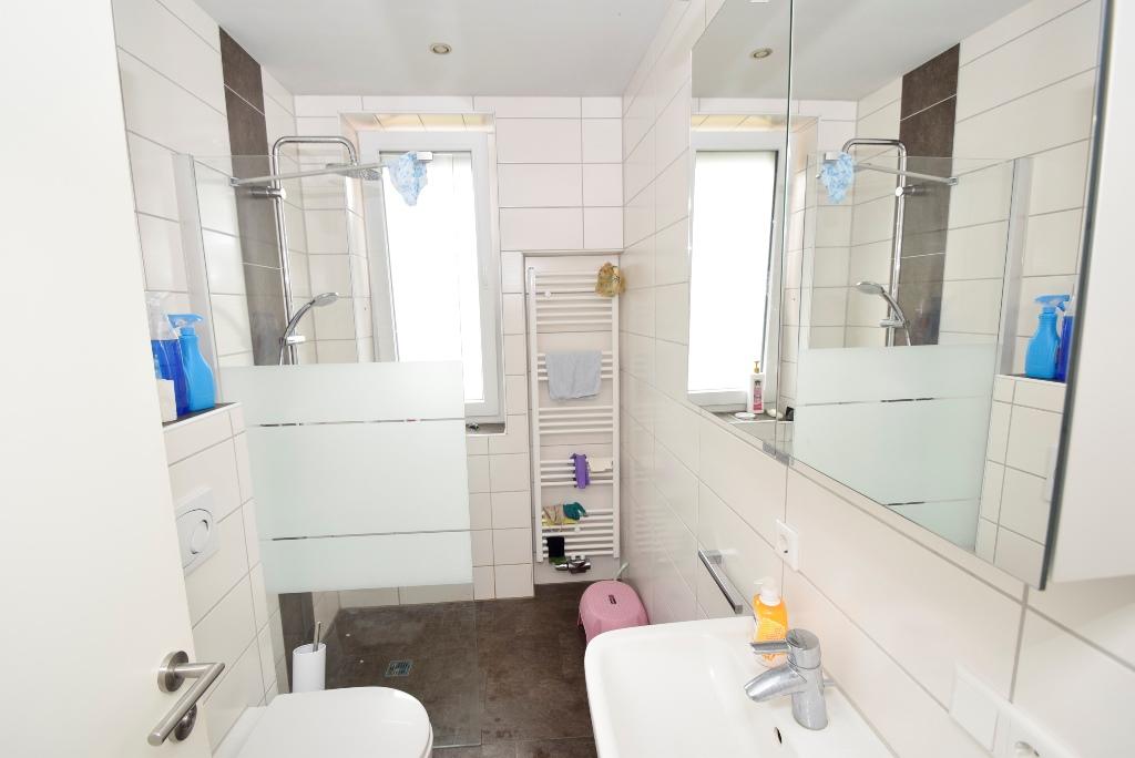 Badezimmer mit Handtuchheizkörper und Dusche