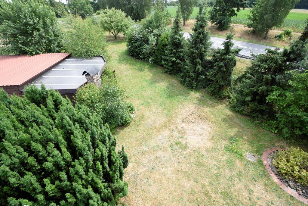 Blick in den Garten zur Terrassenüberdachung mit Kaminecke