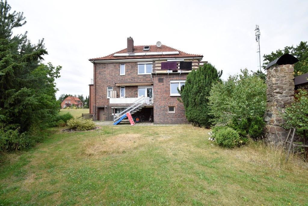 Blick vom Garten zum Wohngebäude