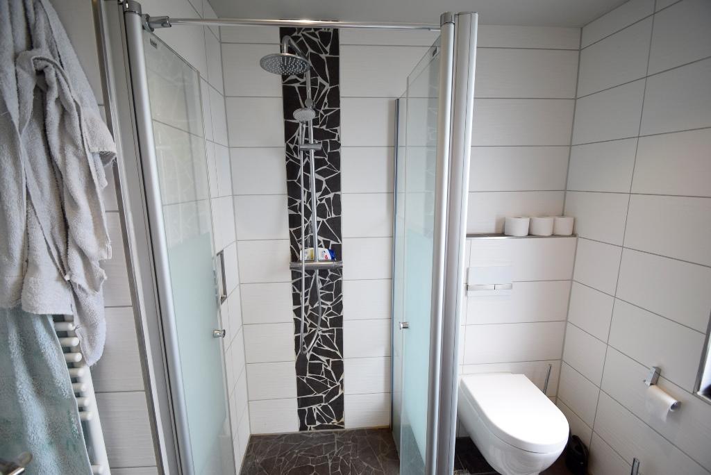 Dusche mit Handtuchheizkörper