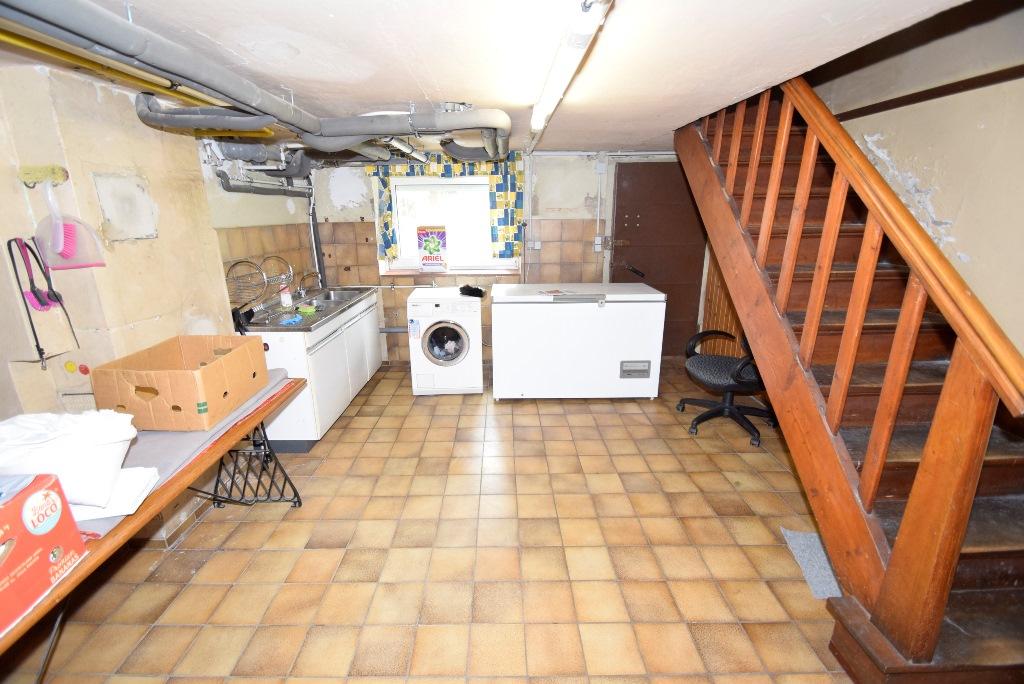 Gefließter Keller mit Waschmaschine, Kühltruhe und Spüle