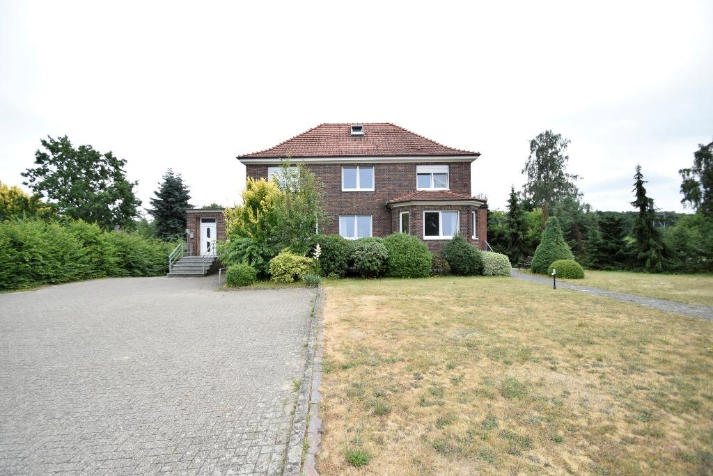 Hausansicht mit Eingang links für separate EG Wohnung