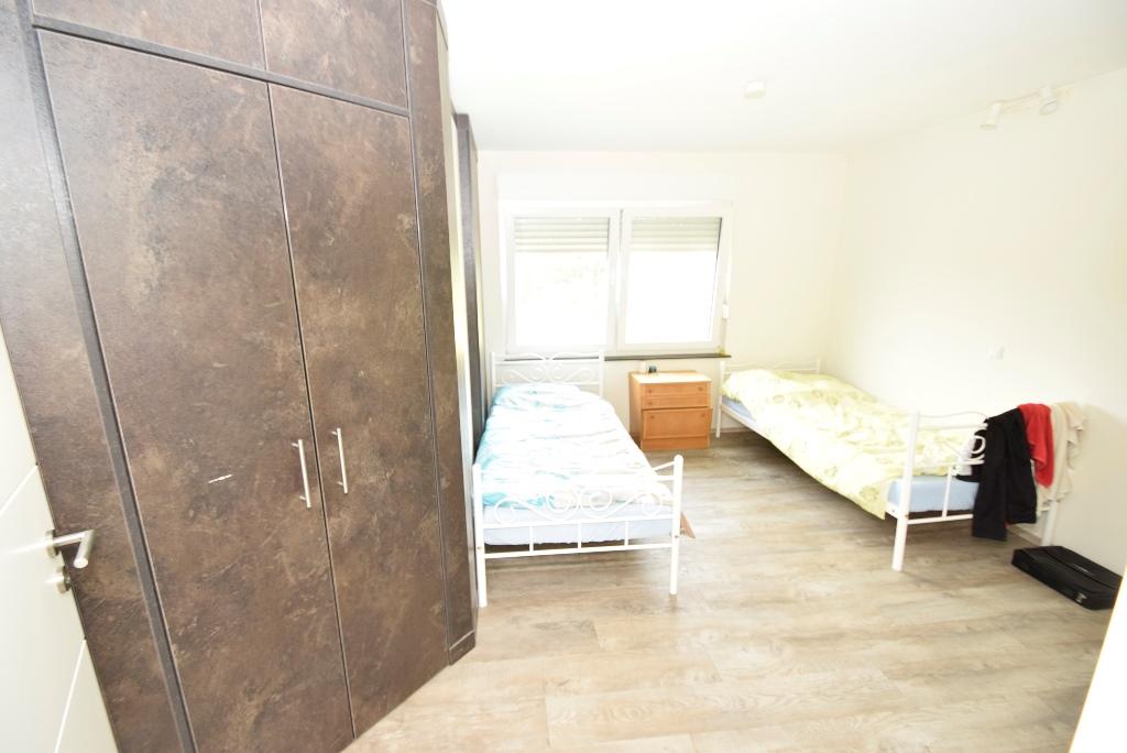 Schlafzimmer mit Einbauschrank als offener Kleiderschrank