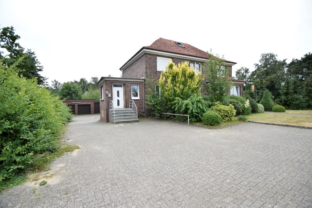 Zufahrt zu den beiden Garagen und Parkfläche vor dem Haus
