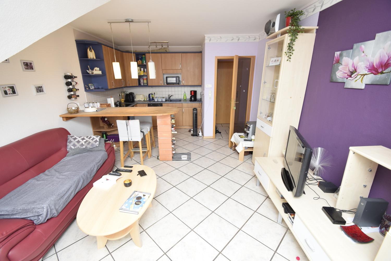 11. Wohnzimmer mit offener Einbauküche