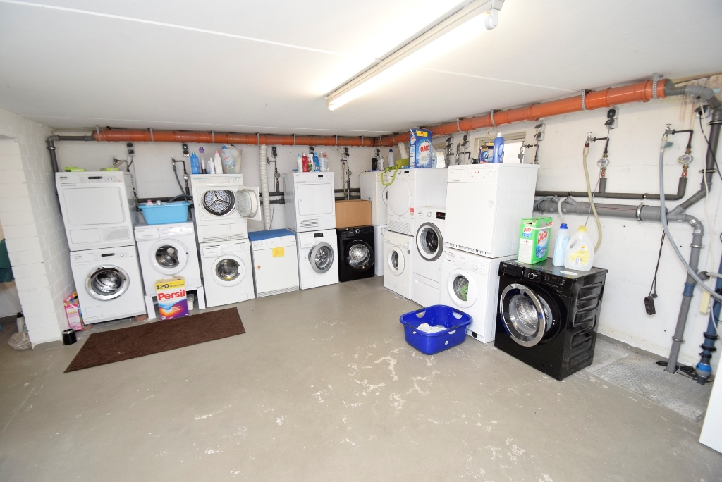14. Waschmaschinenanschlußbereich auch für Trockner