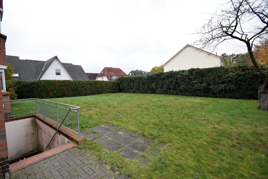 17. Rasenfläche hinter dem Haus mit Kellerabgang