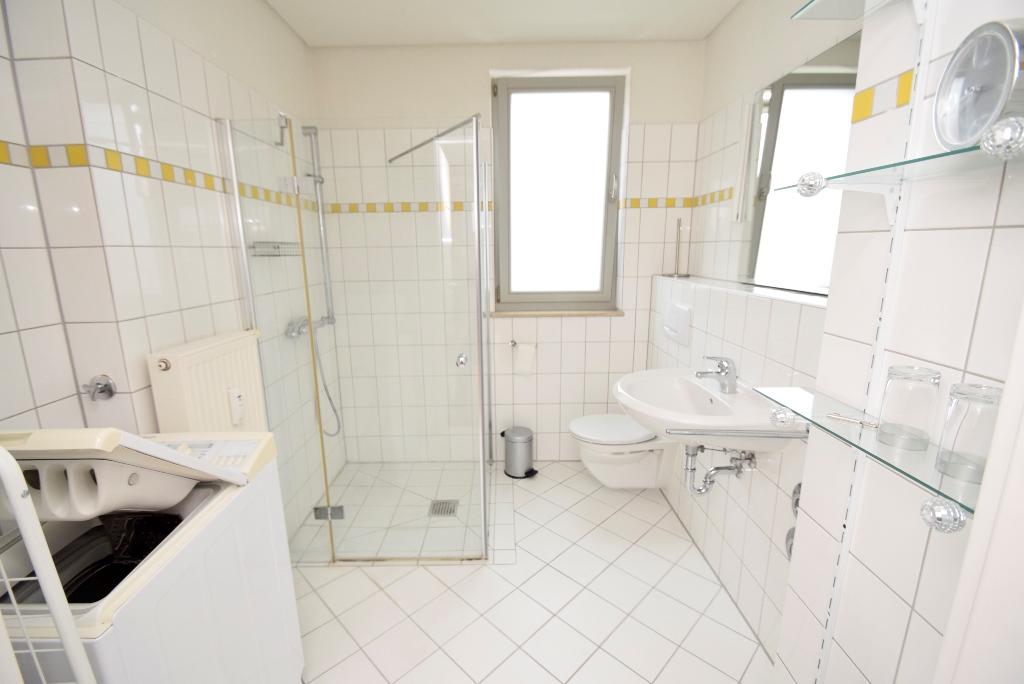 Bad mit großer Dusche und Waschmaschinenanschluss