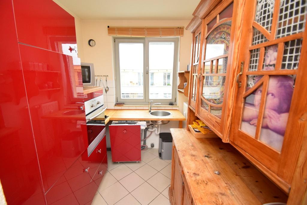 Küche mit Geschirrspüler, Kühlschrank, 2 Herdplatten, Backofen und Mikrowelle