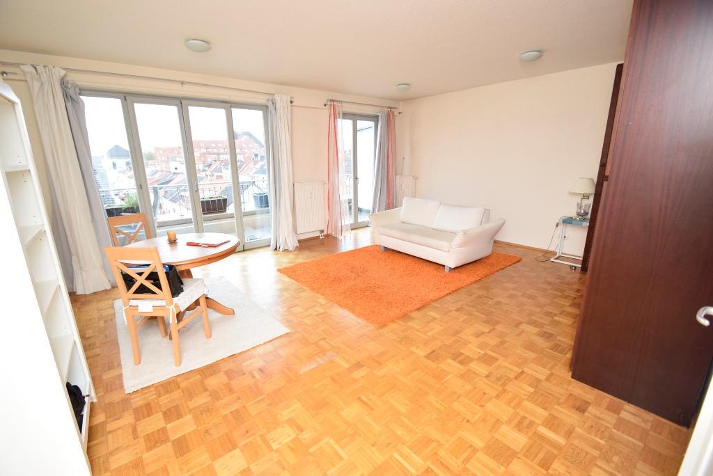 Blick ins Wohnzimmer mit Zugang zum Balkon