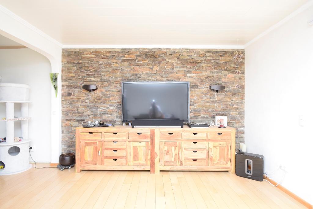 14. Fernseher vor der Steinwand