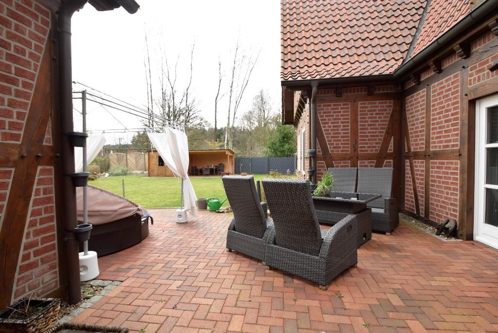 16. Blick über die Terrasse in den Garten