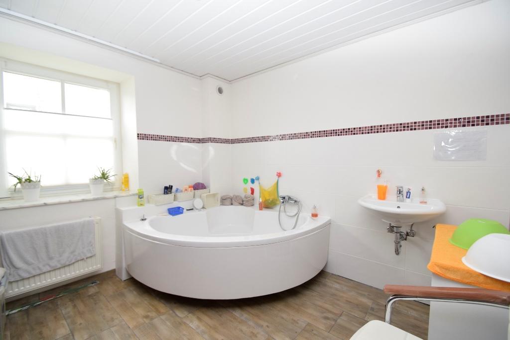 18. Badezimmer im Anbau mit Eckbadewanne und Lüftung