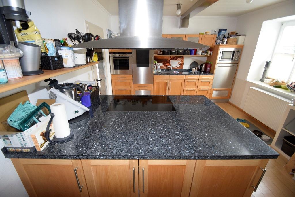 23. separate Kochinsel in der Küche mit Dunstablufthaube