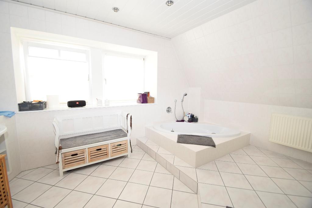 34. Badezimmer im OG mit eingelassener Eckbadewanne