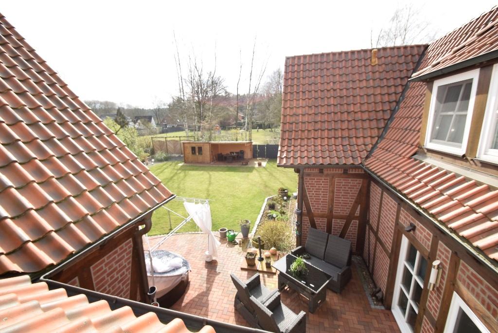 38. Blick zum Garten über die Terrasse aus dem OG