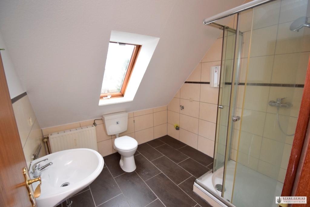 Badezimmer mit Dusche und Waschmaschinenanschluss