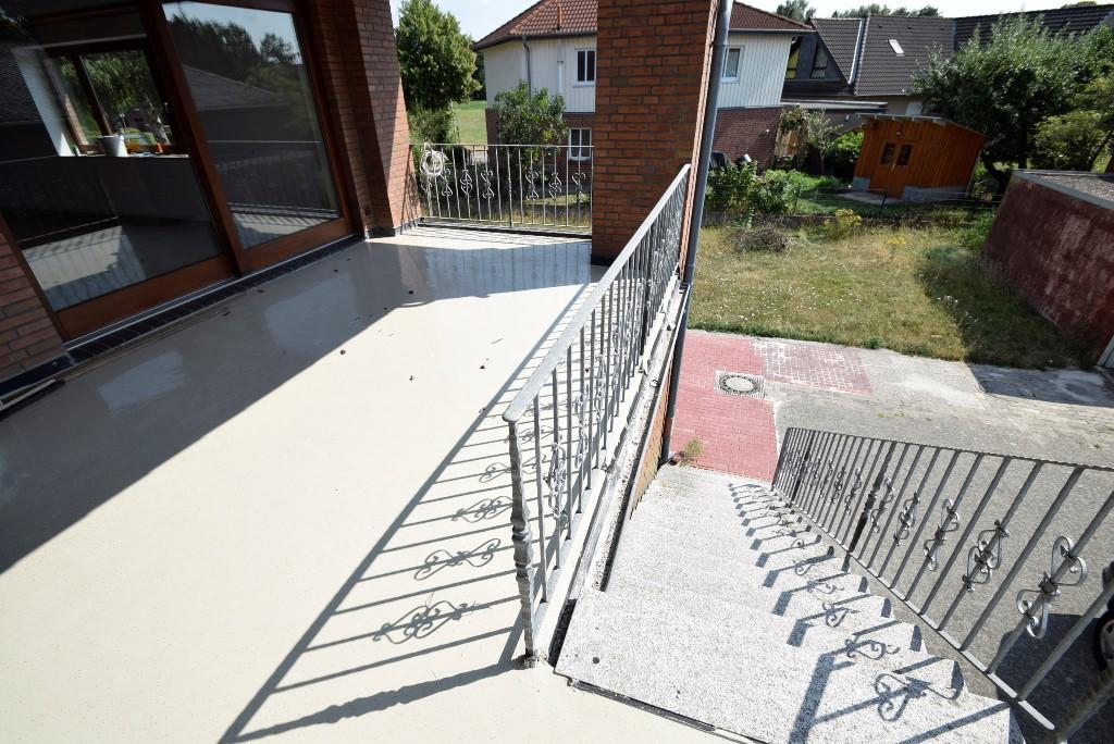 Treppenaufgang zur Eingangstür über den Balkon