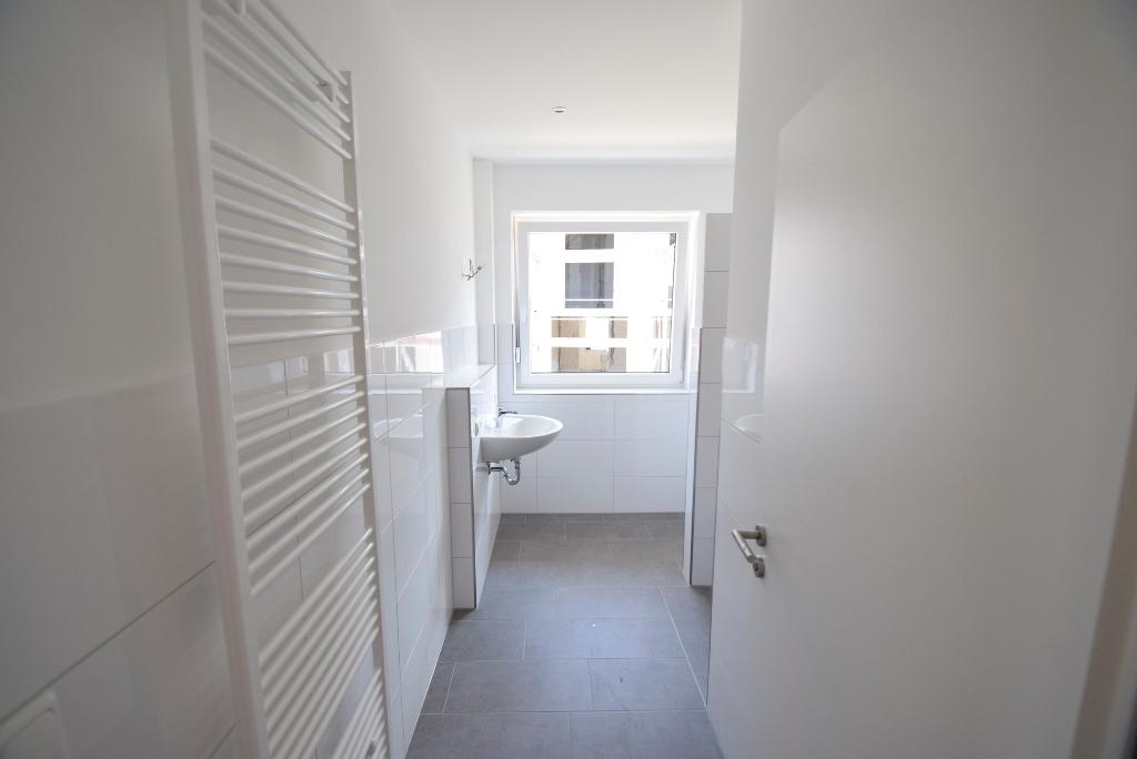 Blick ins Badezimmer mit Handtuchheizung