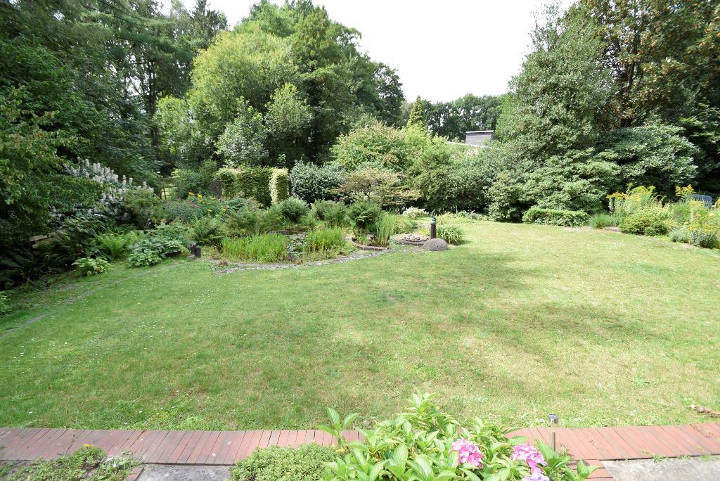 Blick von der Terrasse in den Garten zum Teich