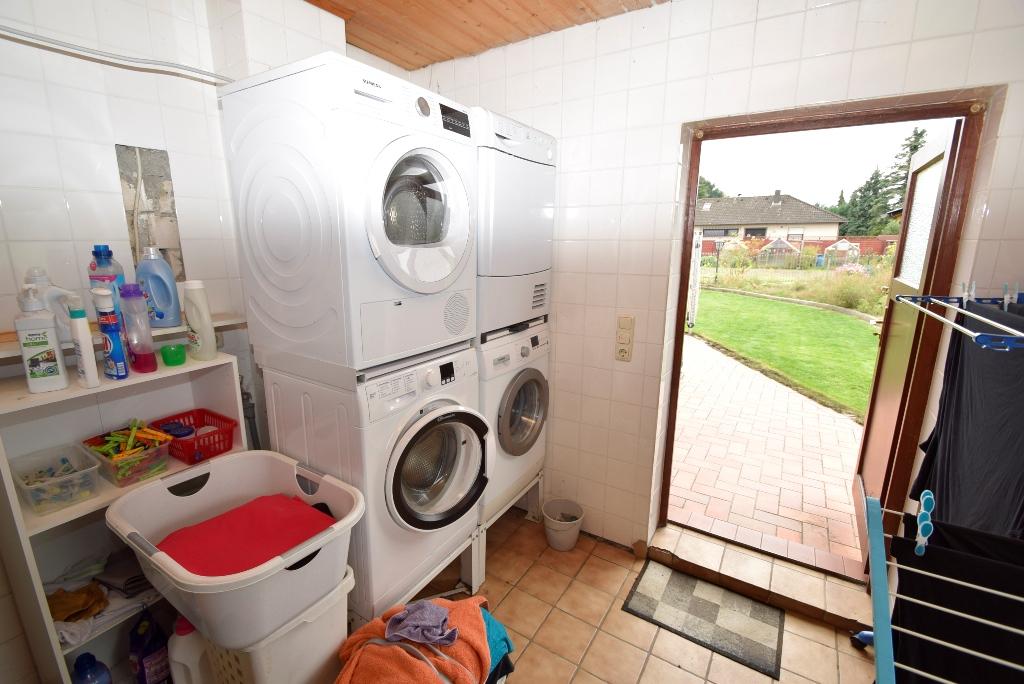 24. Separater Hauswirtschaftsraum mit Ausgangstür zum Garten