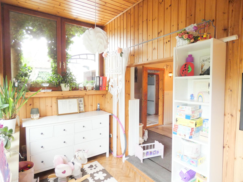 umgebauter Wintergarten mit Blick ins Wohnzimmer