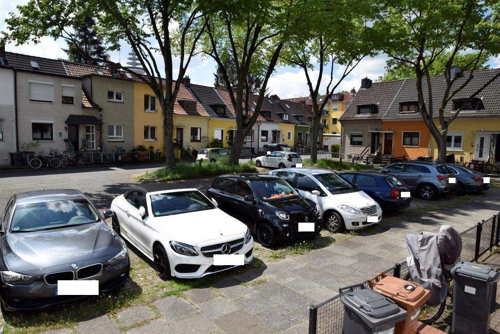 Viele Parkmöglichkeiten vor dem Hause