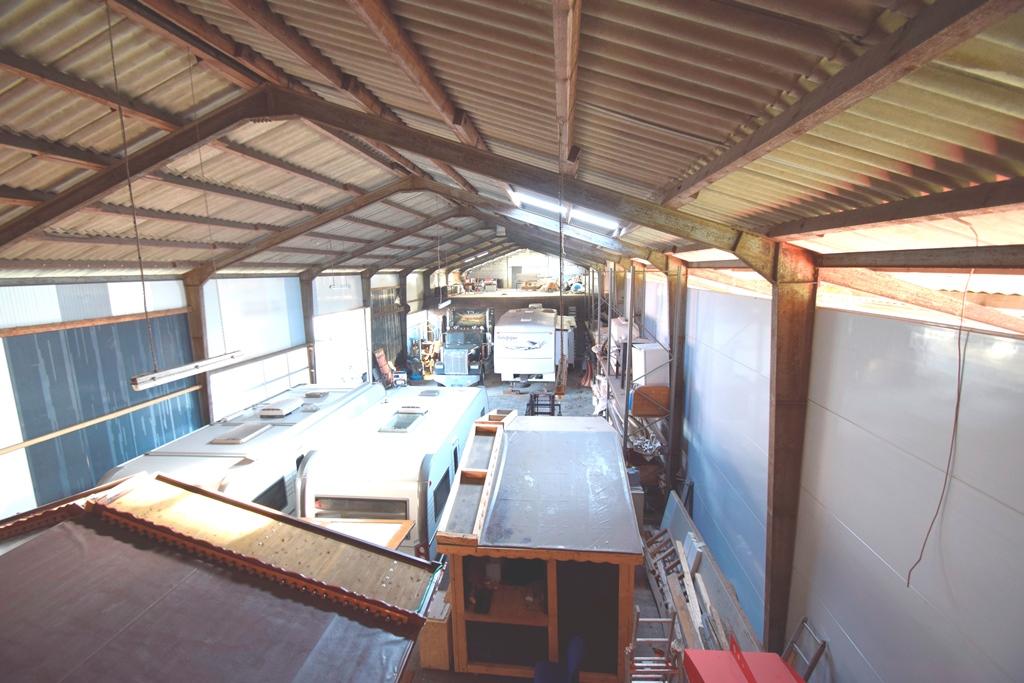 Blick in die Lager und Produktionshalle