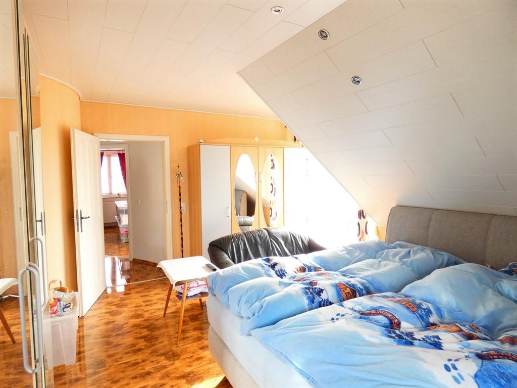 Deckenlichter bieten in fast allen Räumen ein gemütliches Ambiente