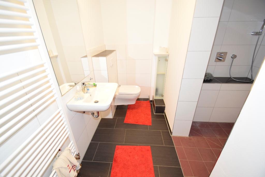 Innenliegendes Bad mit Handtuchheizkörper und...